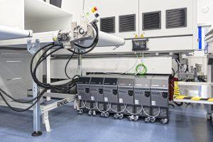 Der Einsatz von E-temp-Temperiergeräten steigert deutlich die Energieeffizienz der Temperierprozesse, Über OPC UA mit der Maschinensteuerung verbunden, passen die Temperiergeräte ihre Pumpendrehzahl dem Bedarf an.