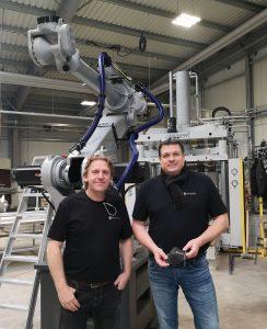 """Dirk Brissé (links), Maucher CNC-Robotik, und Peter Strittmatter, Maucher Formenbau, haben Roboter """"fit"""" für die CNC-Fertigung gemacht.  (Bild: Redaktion)"""