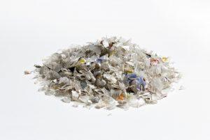 Gemische Kunststoffabfälle (links) und reine, hochwertige Rezyklate (rechts) für neue Kunststoffanwendungen. (Bild: Fraunhofer LBF/Raapke)