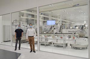 Tobias Heldmann (l.), Automatisierungstechniker und Christoph Merhold, Ingenieur und ausgebildeter Six Sigma Greenbelt, planten gemeinsam die komplette kundenspezifische Montagelinie. (Bild: Wirthwein Medical)