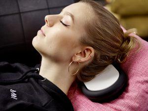 Der Lautsprecher kann die Schwingungen durch Körperschall übertragen und dient dabei gleichzeitig als Massagesystem. Damit lässt sich Musik nicht nur hören, sondern auch fühlen. Bild: Zeppy