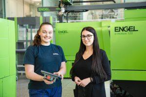 Acht Berufe können bei dem Spritzgießmaschinenbauer  erlernt werden. Anna Spiegl (links) macht eine Ausbildung zur Mechatronikerin, Denise Lettner hat sich für die Informationstechnologie entschieden. (Bild: Engel)