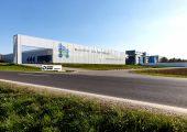 In der Unternehmenszentrale in Ansfelden, Österreich, wurden unter anderem Produktionsflächen verdoppelt und das Versuchszentrum erweitert. (Bild: Erema/Wakolbinger)