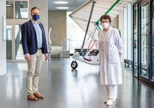 Professor Holger Seidlitz und Katarina Padaszus im Foyer des Naubaus in Wildau.  (Bild: Fraunhofer IAP/Foto: Till Budde)