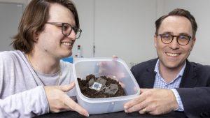 Xavier Aeby (l.) und Gustav Nyström haben eine komplett gedruckte, biologisch abbaubare Batterie entwickelt, die aus Zellulose und anderen ungiftigen Komponenten besteht. (Bild: Gian Vaitl / Empa)