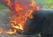 Mit Großbrandversuchen (hier ein brennender Flugzeugflügel) wies das Wehrwissenschaftliche Institut für Werk- und Betriebsstoffe WIWeB die Faserfreisetzung von Fasern mit kritischen Dimensionen nach. (Bild: WIWeB)