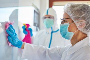 Einwirkzeit, Temperatur, Molekulargewicht und die Zusammensetzung des Desinfektionsmittels beeinflussen die Resistenz des Werkstoffs gegen Chemikalien. (Bild: Covestro)