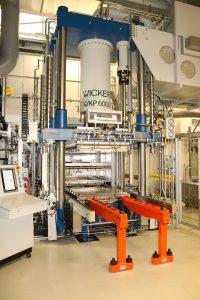 Aus Organosheets werden am Forschungsinstitut Neue Materialien Bayreuth (NMB) 3-D-Bauteile. Im Bild eine Composite-Presse für Hochleistungsthermoplaste mit Verarbeitungstemperaturen von bis zu 450 °C. Dank ihrer modularen Bauweise lassen sich die hydraulischen Composite-Pressen von Wickert fast unbegrenzt auf kundenspezifische Anforderungen hin maßschneidern (Foto: Wickert).