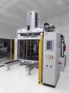 Dachhimmel für PKWs werden auf Pressen von Wickert wie dieser WKP 1500 S teilweise bereits mit Composites gefertigt, die naturfaserverstärkte Kunststoffe (NFK) enthalten (Foto: Wickert).