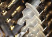 Was haben Schnuller mit Digitalisierung zu tun? Sehr viel, wenn Sie auf einer Industrie 4.0-tauglichen Maschine, die mit ihren Peripheriegeräten vernetzt ist, hergestellt werden. (Bild: Arburg)