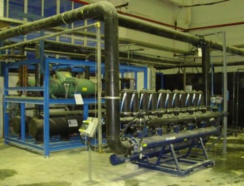 Sauberes Wasser spart Energie: Diese Kühlmittelfiltration einer Strang-Spritzgießmaschine zur Herstellung von Fensterprofilen gewährleistet dauerhaft effiziente Pumpleistung. Bild: Pfeffer