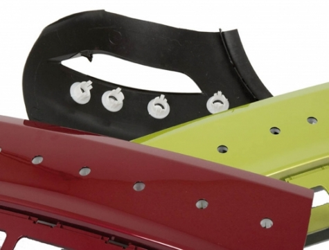 Das Fügen von Kunststoffteilen an lackierte Exterieurteile im Automobilbau stellt höchste Anforderungen.