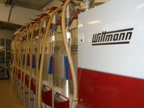 Ein Drymax 600 und zwölf Silmax stehen auf der Bühne. Bild: Walter Klaus