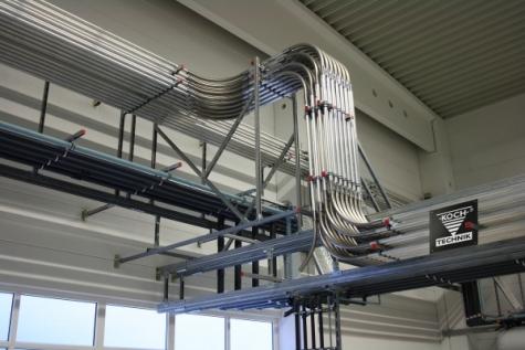 Die Materialversorgung mit mehr als 3000 m V2A-Edelstahlrohr ist auf 75 Spritzgießmaschinen ausgelegt.