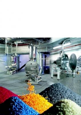 Das System eignet sich zum rezeptgenauen Mischen und Einfärben von Granulat mit Masterbatch, Regenerat, Pigmenten und Additiven. Bilder: Azo