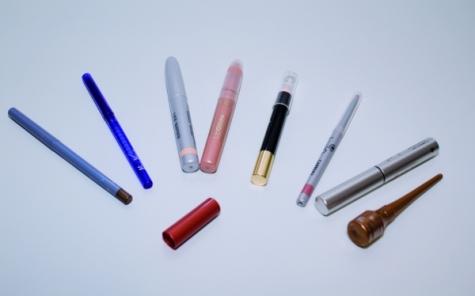 Hergestellt werden Kosmetikstifte mit unterschiedlichen Formen,  Farben und Oberflächen.