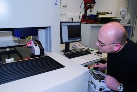 Markus Meier bereitet das Multisensorgerät für die Messung vor. Unterstützt wird er durch das auf dem Monitor dargestellte Kamerabild des Sensors.
