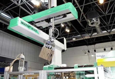 Der vertikal eingreifende Linear-roboter Multilift Select in Auslegerbauweise ist jetzt um ein Modell mit 25 Kilogramm Traglast nach oben  erweitert worden. Bild: Arburg