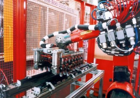 Die Sechs-Achs-Roboterbaureihe RV, hier das Modell RV 16.2, kam bei einer flexiblen Clipsautomationszelle zum Einsatz. Bild: Reis Maschinenfabrik