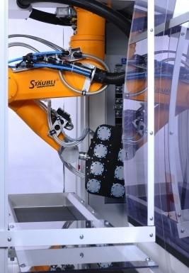 Die Sechs-Achs-Hochleistungsroboter der TX/RX-Serien kommen zur Komplettbearbeitung von Spritzgussteilen selbst unter beengten Platzverhältnissen zum Einsatz. Bild: Stäubli Tec-Systems