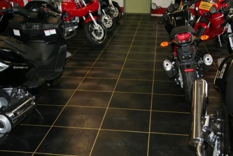 Das niederländische Unternehmen produziert täglich ca. 300 Bodenplatten, die in Industriegebäuden, Werkstätten, Lagern und Schulen als Belag eingesetzt werden. (Bild: BTB Mouldings)