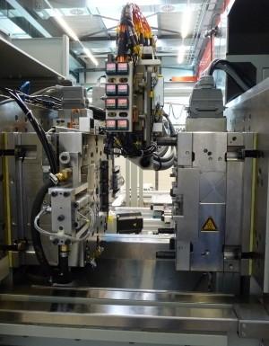 Vor dem Umspritzen werden die Nadeln mit einem Sechs-Achs-Roboter einer optischen Prüfstation zugeführt und auf ihre korrekte Lage geprüft. Bilder: Zahoransky