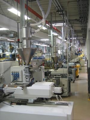 Die neue Zentralförder- und Trockenanlage von Flexi Kunststofftechnik versorgt 43 Spritzgießmaschinen mit einem Durchsatz von 320 kg/h. Bilder: Labotec Deutschland