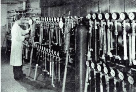 Historische Aufnahme des Prüfstands der damaligen Farbwerke Hoechst AG zur Durchführung von Langzeit-Innendruckprüfung an Rohren aus HDPE. Bilder Hoechst