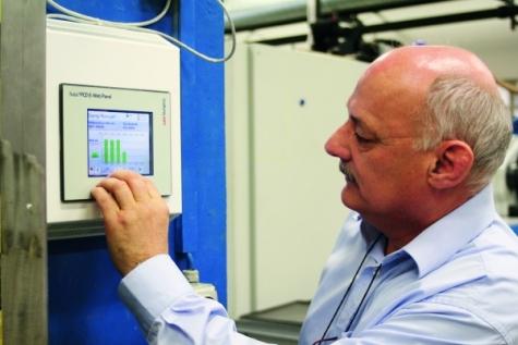 Mit einem e-Web Panel für die Gebäudeautomation überwacht Erwin Brügger verschiedene Prozessdaten in der Produktionshalle, darunter den Energieverbrauch jeder einzelnen Maschine.