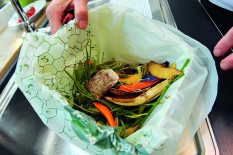 Diese Biomülltüte wird im Kompost in nur vier Wochen abgebaut und besteht aus einem erdölbasierten Bestandteil und Polymilchsäure. Bild: BASF