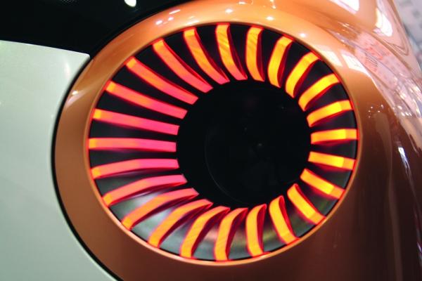 Rückleuchte des Smart forvision. Das futuristisch designte Leichtbau-Fahrzeug entstand in Zusammenarbeit mit BASF.  Im Inneren der Leuchten transportieren kleine Propeller die Luft nach außen. (Bildquelle: Redaktion)
