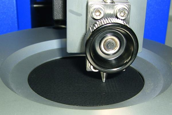 Ermittlung der Kratzfestigkeit nach VW PV 3952 (Gesamtaufbau) (Bildquelle: Volkswagen PV 3952)
