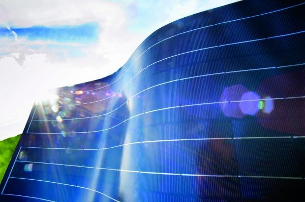 Die Barrierefolie schützt flexible Photovoltaik-Module und  erweitert den Einsatz dieser Technik. (Bildquelle: Evonik)