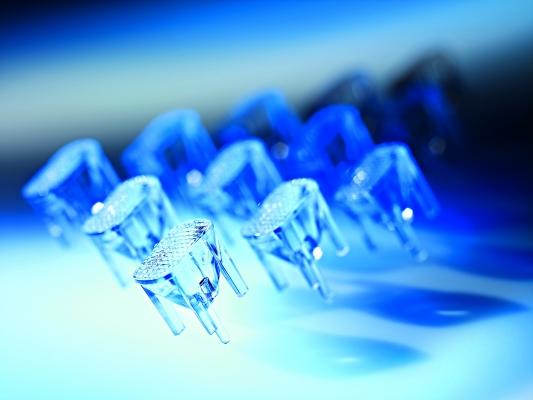 Transparente LED-Vorsatzlinsen aus Polycarbonat sind beispielsweise Bestandteil von PKW-Scheinwerfern. (Bildquelle: Arburg)