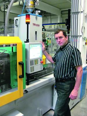 Der Inhaber Zdenek Purkert setzt auf den Wissenstransfer mit dem Spritzgieß-Maschinenhersteller. (Bildquelle: Arburg)