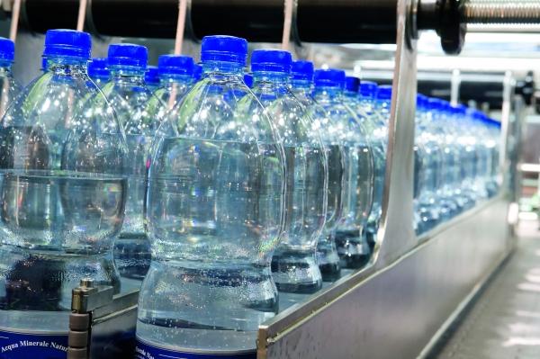 Abfüllung von Wasserflaschen (Bildquelle: ©Alterfalter-Fotolia.com)