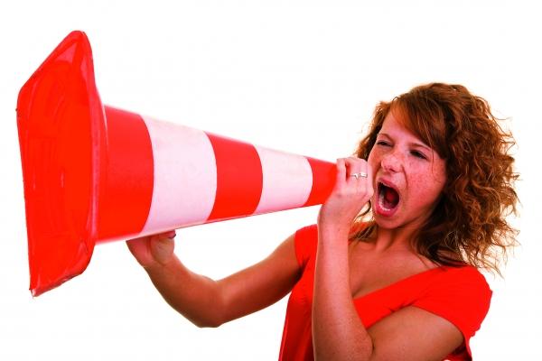 Die offizielle Bezeichnung Verkehrsleitkegel verschweigt die zahlreichen Verwendungsmöglichkeiten der Hütchen. (Bildquelle:  ©Robert Kneschke-Fotolia.com)