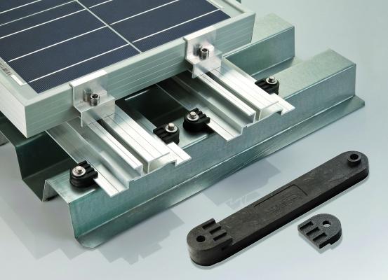 Die Befestigungselemente für Solarmodule von Aixtra Solar  bestehen aus einem hochsteifen und witterungsbeständigen Polyamid (Bildquelle: BASF/Aixtra Solar)