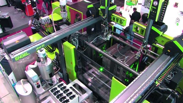 Die Fertigungszelle zur Herstellung von Pkw-Mittelkonsolen mit kapazitiver Elektronik erreicht ein hohes Maß an Wirtschaftlichkeit. (Bildquelle: Engel Austria)