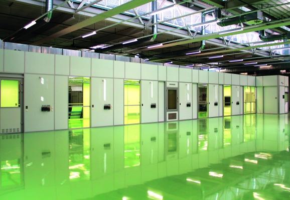 Der Reinraum der ISO-Reinraumklasse 7 bietet Andockmöglichkeiten für 13 Spritzgieß- und Spritzblasform-Maschinen. (Bildquelle: Schlling Engineering)