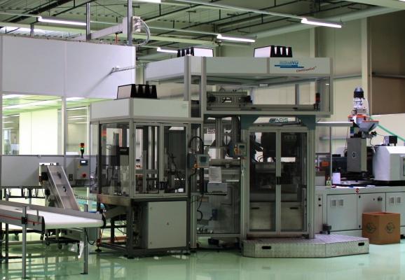 Spritzblasform-Maschine, Automationsanlage und Prüf-Drehtisch mit jeweils eigener Laminarflow-Einhausung   (Bildquelle: Schlling Engineering)