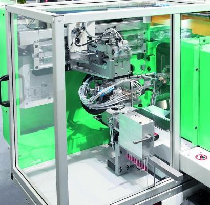 Die Entnahme kleiner  Teile kann über  speziell angepasste Robot-Systeme  in gekapselter Um-gebung erfolgen. (Bildquelle: Arburg)