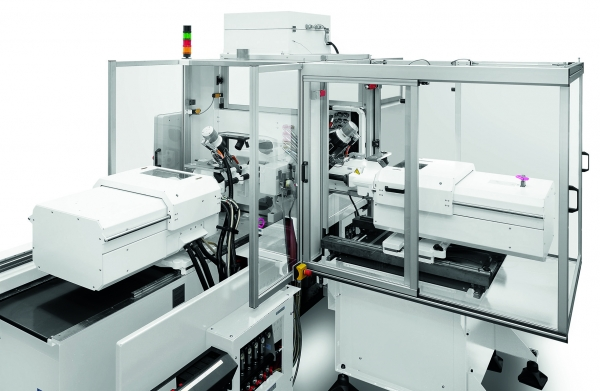 Auch zur klassischen Zwei-Komponenten-Verarbeitung sind die  Mikrospritzmodule geeignet. Hier eine  Anwendung  unter Reinluftumgebung. (Bildquelle: Arburg)
