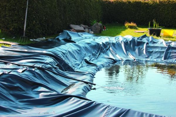 Recyceltes Material kalandriert im Einsatz als Teichfolie (Bildquelle: Solvay Vinyloop / Leister)