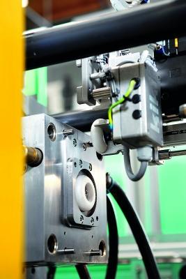 Einlegen des EPP-Reifens ins Werkzeug (Bildquelle: Arburg)