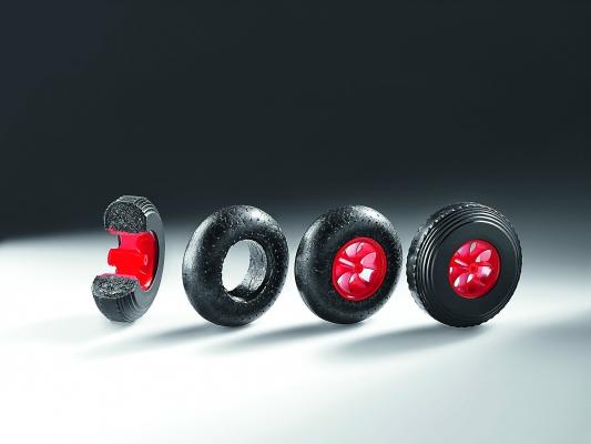 Das aufgeschnittene Endprodukt und die einzelnen Fertigungsstufen des EPP-Reifen: über das Rad mit angespritzter Felge bis hin zum Rad mit TPE-Ummantelung (v.l.) (Bildquelle: Arburg)