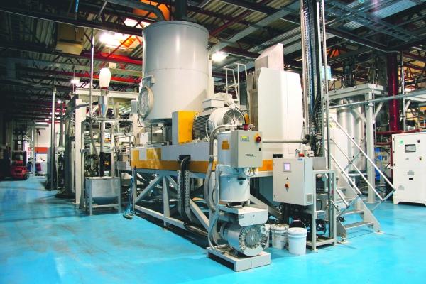 Mit dieser Anlage ko?nnen sowohl  dekontaminierte, vorgetrocknete und kristallisierte r-PET Flakes als auch hochwertiges, schmelzefiltriertes r-PET Granulat erzeugt werden.  (Bildquelle: Erema)