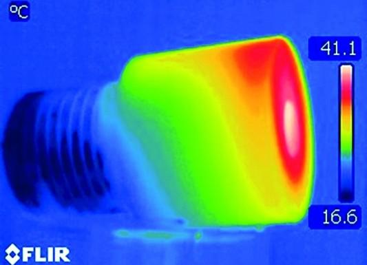 Wärmebild einer Kunststoffschraube aus PMMA mit einem gleichmäßigen Abkühlverhalten.  Die Randschicht ist kühler, die Wärmeintensität im Kern höher. (Bildquelle: Flir Systems)