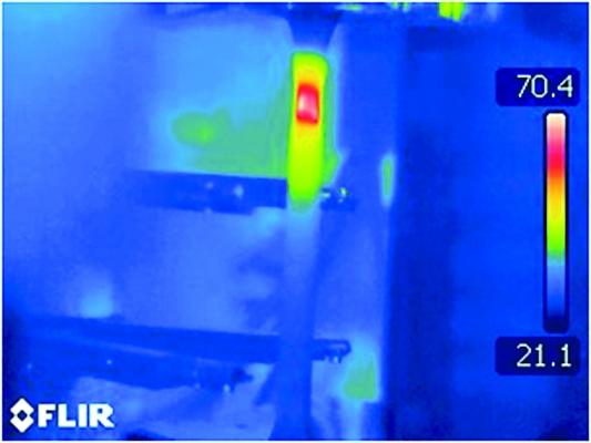 Das Spannungsmaximum einer Kunststoff-Zugprobe liegt beim Ziehen auf einer Zugprüfmaschine meist im Einschnürbereich. (Bildquelle: Flir Systems)