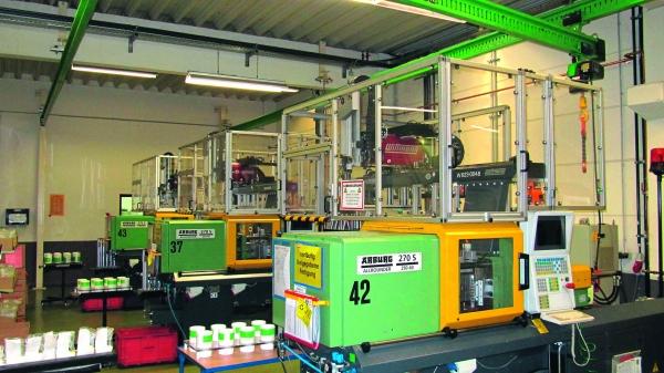 Die Produktionsanlage ist mit  65 Spritzgießmaschinen unterschiedlichster Hersteller ausgestattet. (Bildquelle: Klaus)